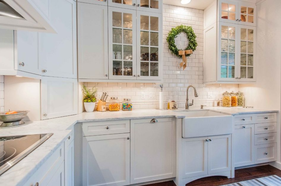 White cabinets with glass inserts. Source: Homedit.com